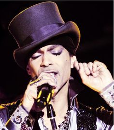 prince-top-hat-on-stage